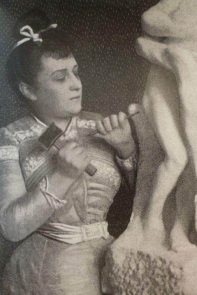 Camille Claudel esculpiendo en 1903
